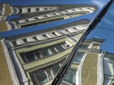 Абстрактное отражение города в автомобильном стекле