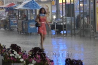 девушка под летним дождем в городе, фото