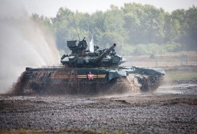 большая фотография танка в движении