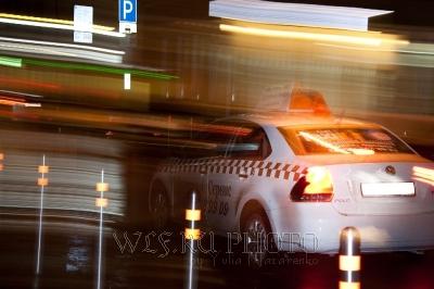 ночное такси мчится по городу