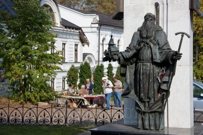 памятник Макарию Калязинскому фото