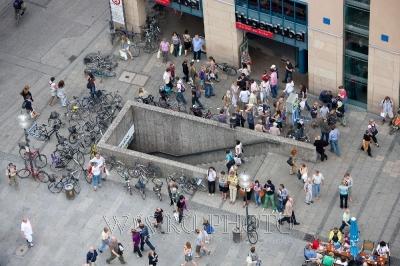 фото людей на площади сверху, городская среда