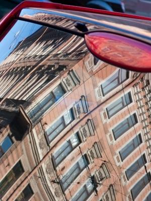Город отражается в автомобиле