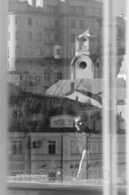Девушка на фоне города