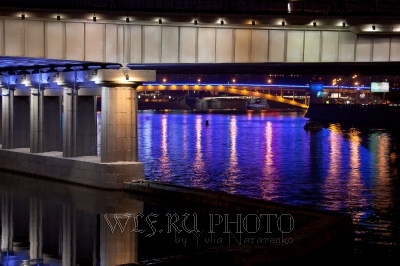 отражение ночных огней в Москве-реке