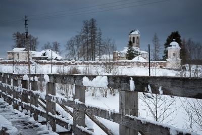 разрушенный Александро-Ошевенский монастырь зимой
