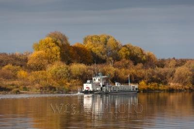 Корабль плывет по реке Оке осенью фото