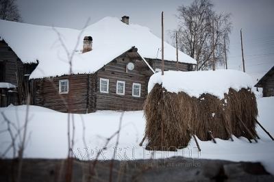 стог сена зимой в русской деревне фото