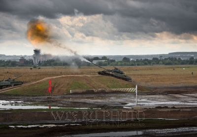 фото стреляющего танка