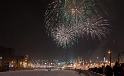 новогодний фейерверк над Кремлем в Москве фото