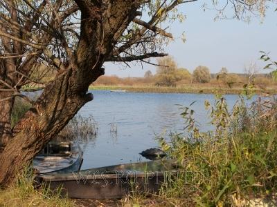 река Волга, лодка у берега, фото