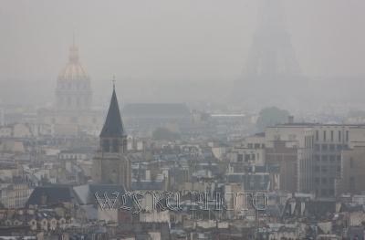 панорама Парижа в пасмурную погоду
