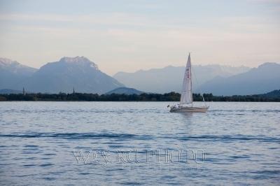 фото парусника на Боденском озере на фоне красивого ландшафта