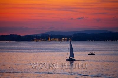фото закат над Боденским озером, парусник и вид на Линдау