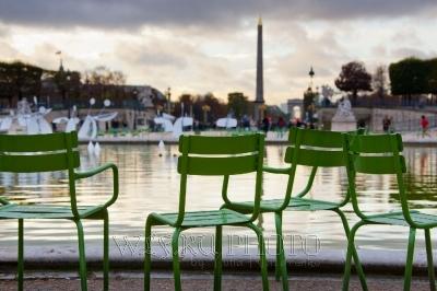 парижские стулья в саду Тюильри в Париже, фото