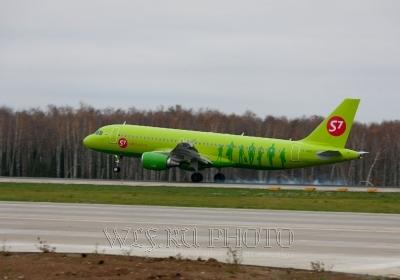 фотография самолета при посадке, на взлете
