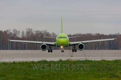 Фотография самолета на полосе взлетной, посадочной