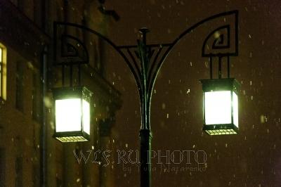 фото идущего снега ночью на фоне фонаря