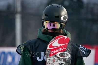 фото сноубордиста в шлеме, очках, с доской для сноуборда