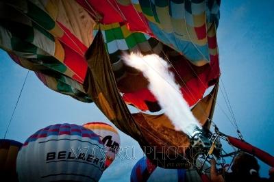надувание воздушного шара фото