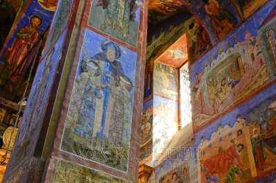 интерьер церкви с фресками