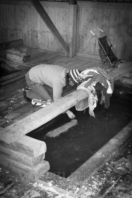 стирка белья в реке зимой - прачечная в Каргополе
