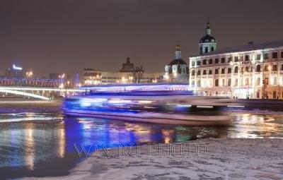 Москва-река зимой фото, корабль - ледоход