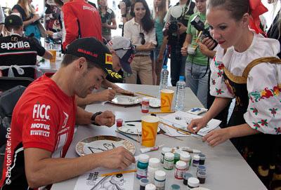 Карлос Чека рисует свой номер 7 на тарелке на Moscow Raceway