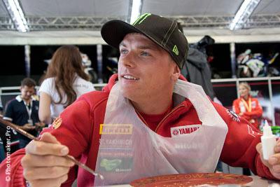 Гонщик Сэм Лоус рисует на тарелке на российском этапе Супербайка 2013