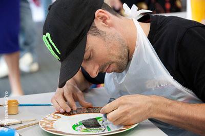 Юджин Лаверти рисует гоночный шлем на тарелке
