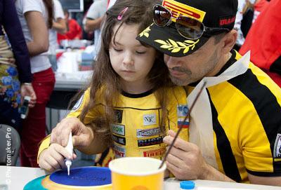 Эдуард Блохин с дочкой расписывают тарелку