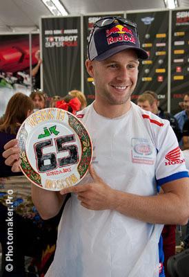 Джонатан Рэй разрисовал тарелку в русском стиле